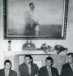 Stilleben der besonderen Art: Stalin, adidas-Tasche und Helmut Rahn