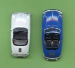 Maßstabsungeheuer Porsche 356 (blau) neben ordentlich umgesetztem Porsche Speedster (weiß)